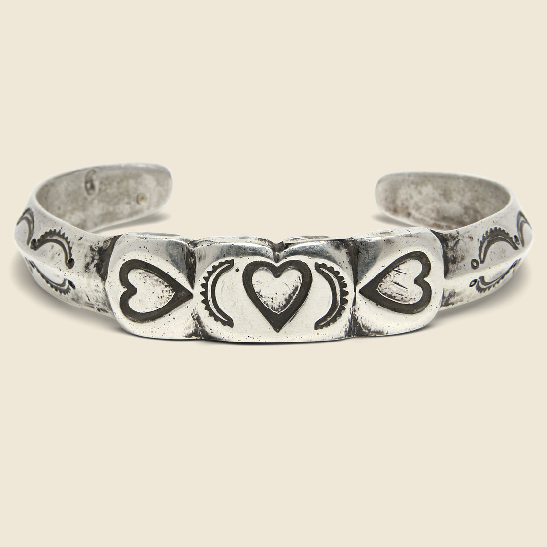 Jonathan Day Silversmith Flattop Three-Heart Scallop Cuff - Silver