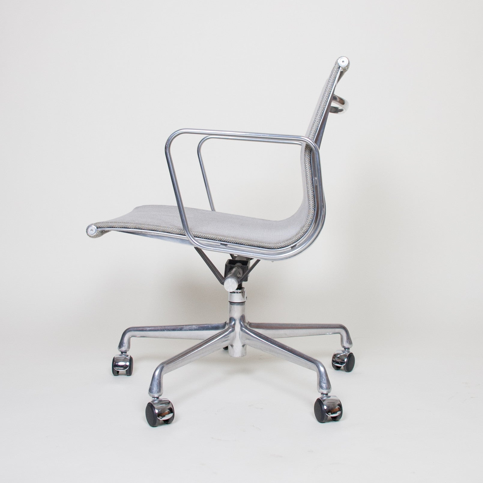 SOLD Eames Herman Miller 2007 Aluminum Group Executive Desk Chairs Mesh