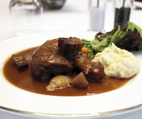 Classic Coq Au Vin (Chicken in Red Wine Sauce) with Mashed Potatoes, Peas, and Carrots. 475g. (LY02)