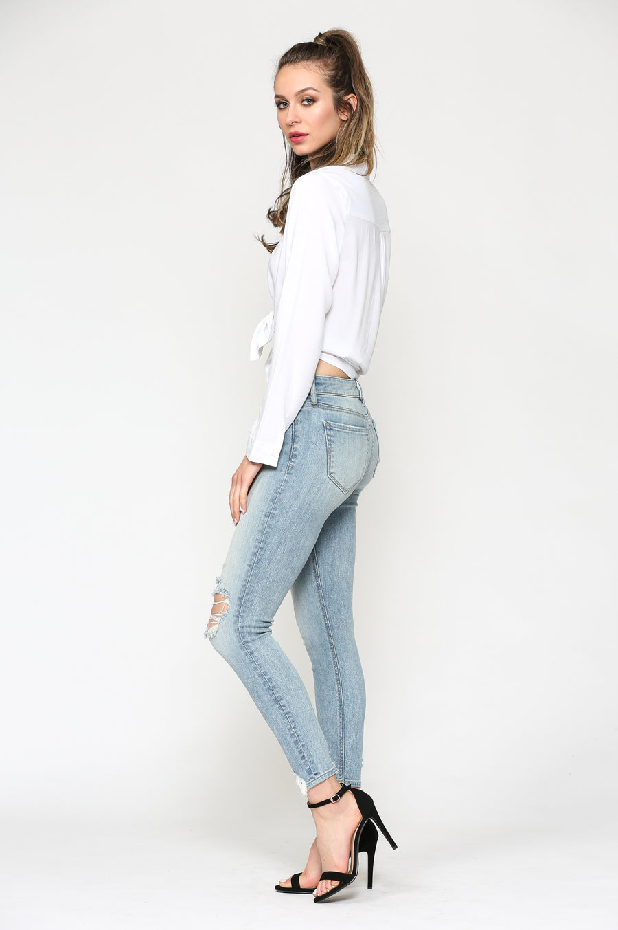 AMELIA <p/> LIGHT WASH DISTRESSED SKINNY