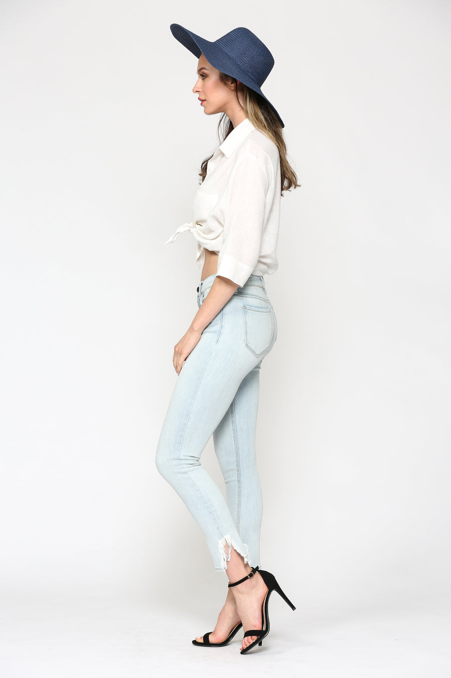 AMELIA <p/> LIGHT WASH FRAYED HEM SKINNY