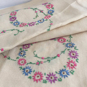 EMBROIDERED Vintage 50's Table CLOTH Pretty FLORAL Country Cottage Chic