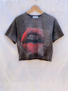 FRONT VIEW OF CROPPED T-SHIRT WITH PRINTED MOUTH WITH RED LIPS.
