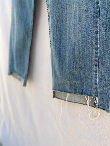CLOSE UP VIEW OF FRAYING AND CROPPED HEM.