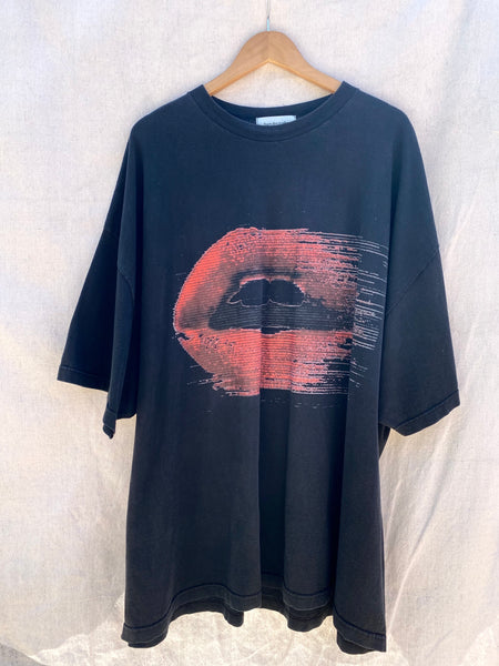 FRONT VIEW OF OVERSIZED TEE IN BLACK WITH RED LIPS PRINT ON THE CENTER.