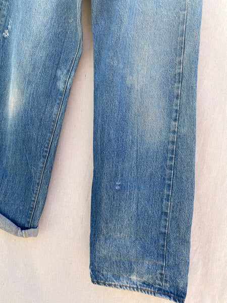 BOTTOM VIEW OF FRONT JEANS AND DETAILED IMAGES OF FADED CLOR AND LITTLE WHOLES.