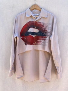 FRONT VIEW LONG SLEEVES BUTTON DOWN SHIRT WITH RED LIPS PRINT AND HI LO HEM.