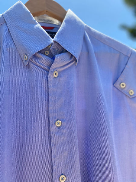 CLOSE UP OF FRONT COLLAR AND BUTTON. BUTTON DETAILS AT FRONT PLACKET AND SLEEVE CAP.