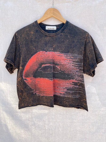 FRONT VIEW OF CROPPED TEE WITH PRINTED MOUTH WITH RED LIPS.