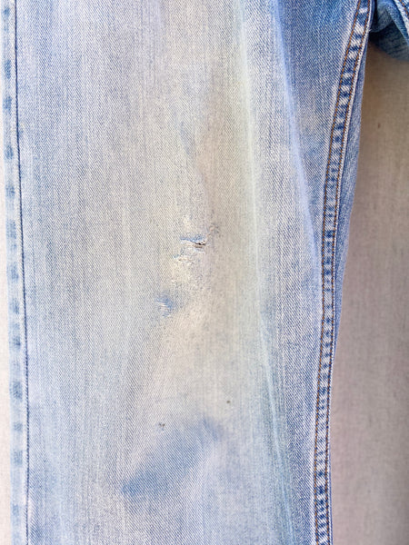 CLOSE UP IMAGE OF FABRIC FADING AND DISTRESS AT FRONT RIGHT KNEE.