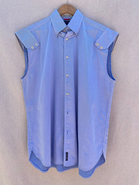 FRONT VIEW OF SLEEVELESS BUTTON DOWN SHIRT IN CHAMBRAY BLUE.