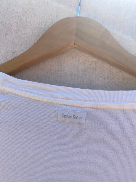 ZOOMED IN VIEW OF BACK NECK ORIGINAL TAG CALVIN KLEIN.