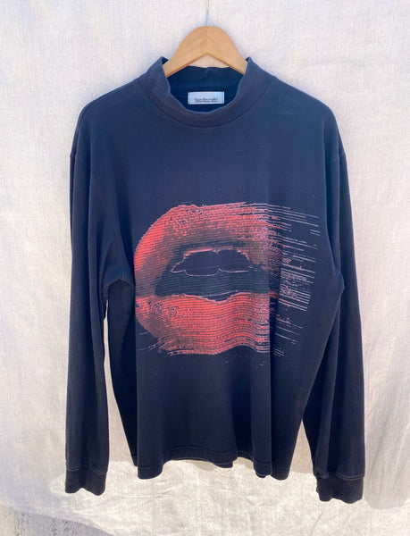 FRONT VIEW BLACK LONG SLEEVE MOCK NECK WITH RED LIPS PRINTED ON IT.