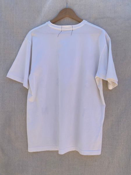 VIEW OF WHITE T-SHIRT'S BACK VIEW.