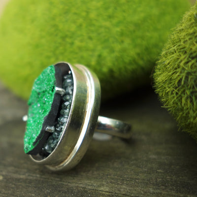 Sleek Zen Chique: uvarovite and sapphire mosaic ring