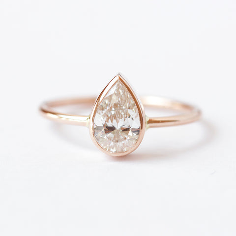 Pear Diamond Engagement Ring with High Quality Diamond