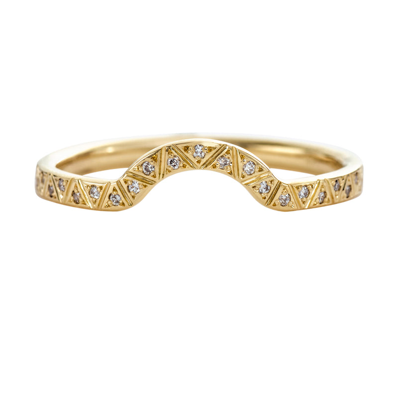 Curved-Eternity-Ring-with-Engraved-Geometric-Pattern-closeup