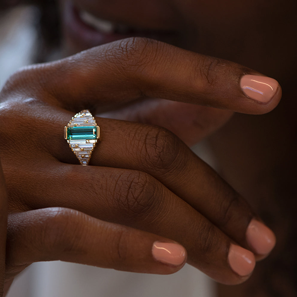 Emerald Ring with needle baguette Diamonds smile