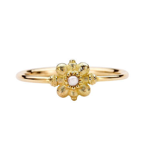 Dainty-Gold-Flower-Ring-Seed-Pearl-Ring-Nahaufnahme