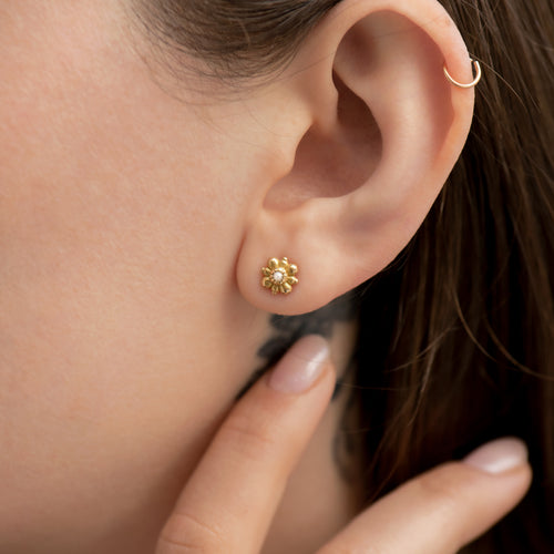 Dainty-Gold-Flower-Stud-Earrings-with-White-Seed-Pearl-gols-solid-18k