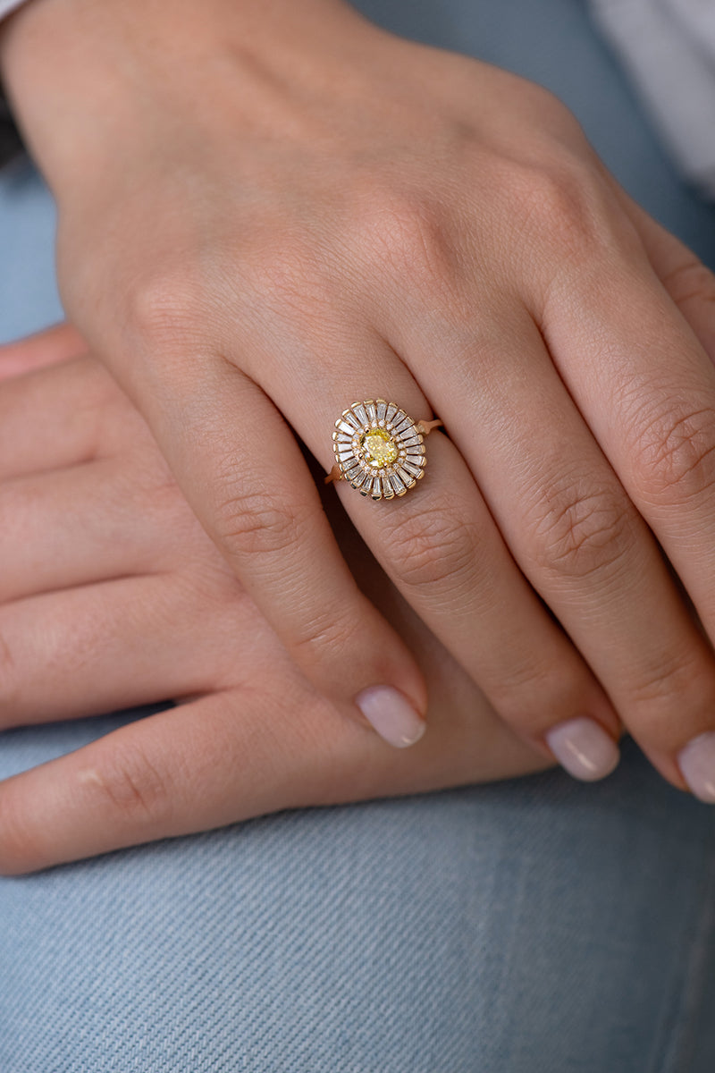 Daisy Engagement Ring - Fancy Yellow Diamond et Baguette Diamond Ring on Hand Other View on Jeans Daisy