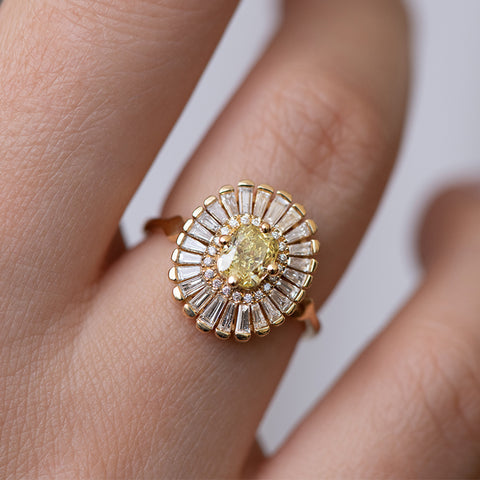 Daisy Engagement Ring - Fancy Yellow Diamond et Baguette Diamond Ring Détail Shot on Finger