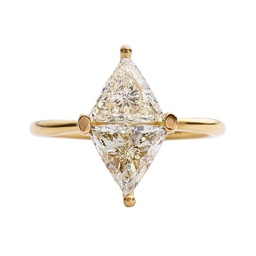 Diamond-Rhombus-Engagement-Ring-with-Triangle-Cut-Diamonds-proximité