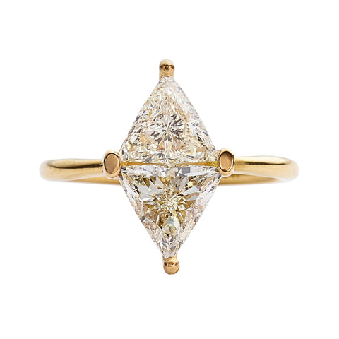 Diamond-Rhombus-Engagement-Ring-with-Triangle-Cut-Diamonds-closeup