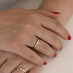 Geometric band with diamond peak hand over hand