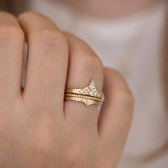 Geometric band with diamond peakwith band
