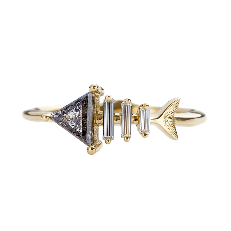 Gold-Fish-Bone-Ring-with-Triangle-and-Baguette-Cut-Diamond-closeup