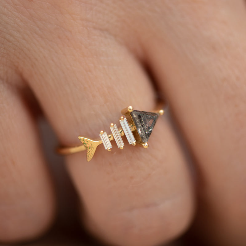 Gold-Fish-Bone-Ring-with-Triangle-and-Baguette-Cut-Diamond-side-shot