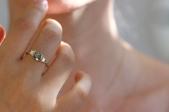 Cluster Engagement Ring auf Finger