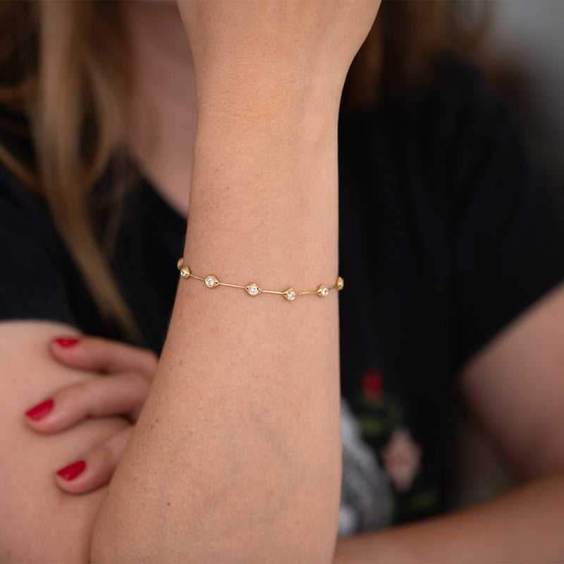 Minimalist-Daisy-Chain-Gold-Bracelet-with-White-Diamonds-on-hand