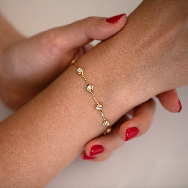 Minimalist-Daisy-Chain-Gold-Bracelet-with-White-Diamonds-top-shot-moment
