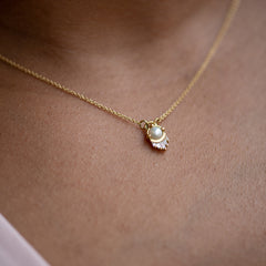 Pearl-and-Diamond-Necklace-in-Solid-Gold-skin-close-up