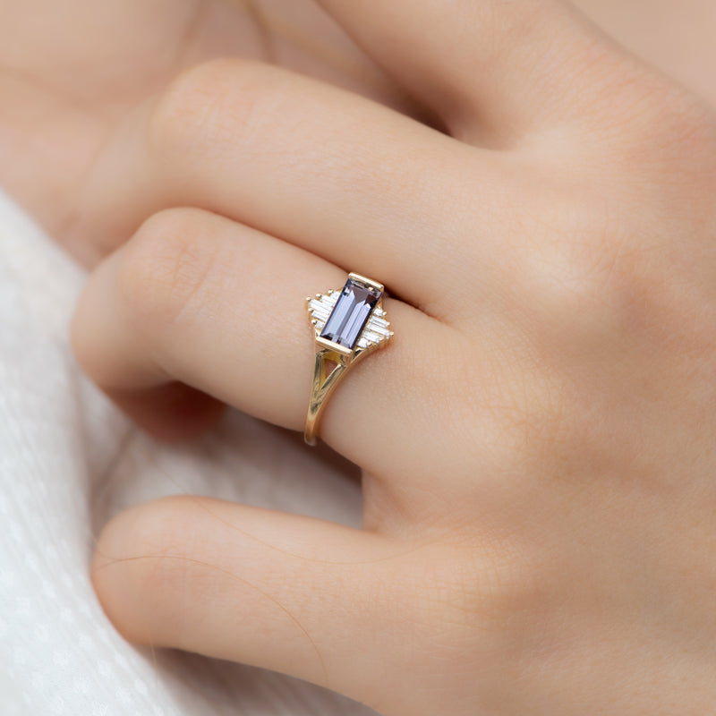 Tanzanite-Engagement-Ring-with-Baguette-Diamond-Pyramids-OOAK-moment