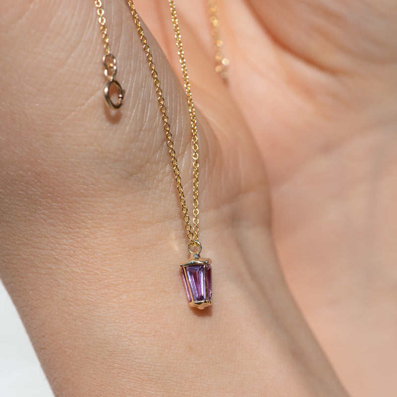 dainty-lilac-sapphire-lantern-pendant-in-solid-gold-sparking