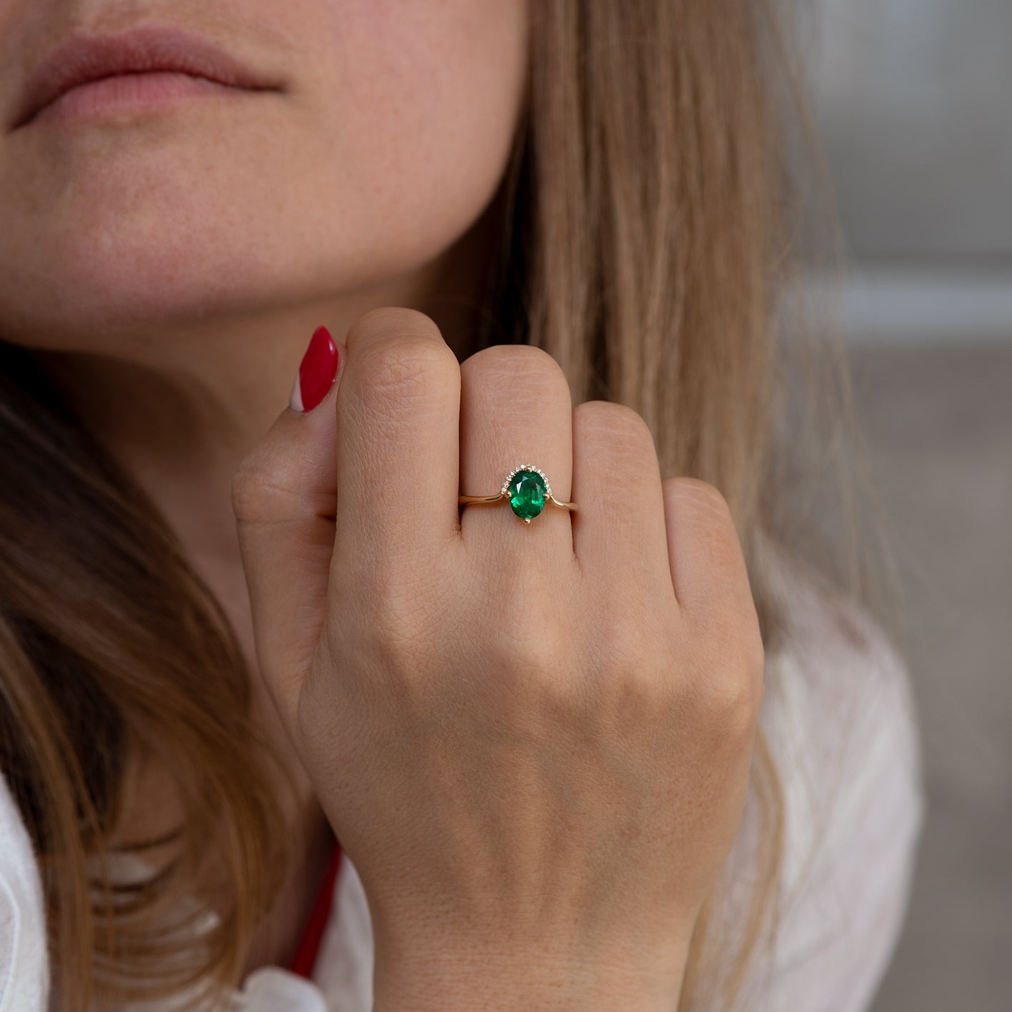 Floating Oval-Cut Emerald engagement ring3