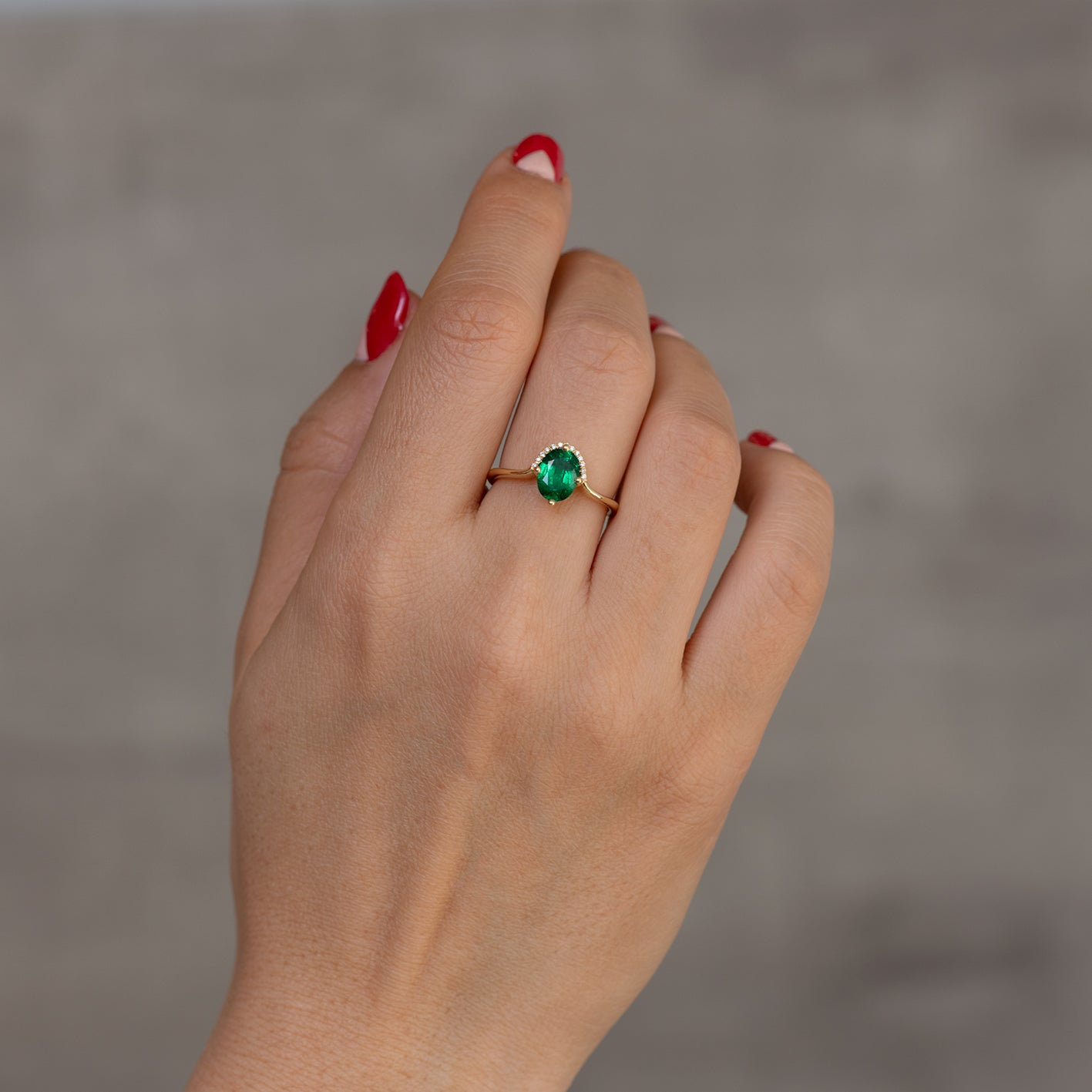 Floating Oval-Cut Emerald engagement ring2