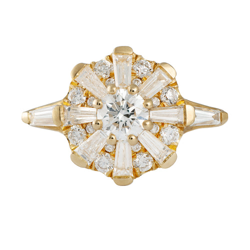 Der Sonnentempel Ring mit Tapered Baguette Diamonds Halo