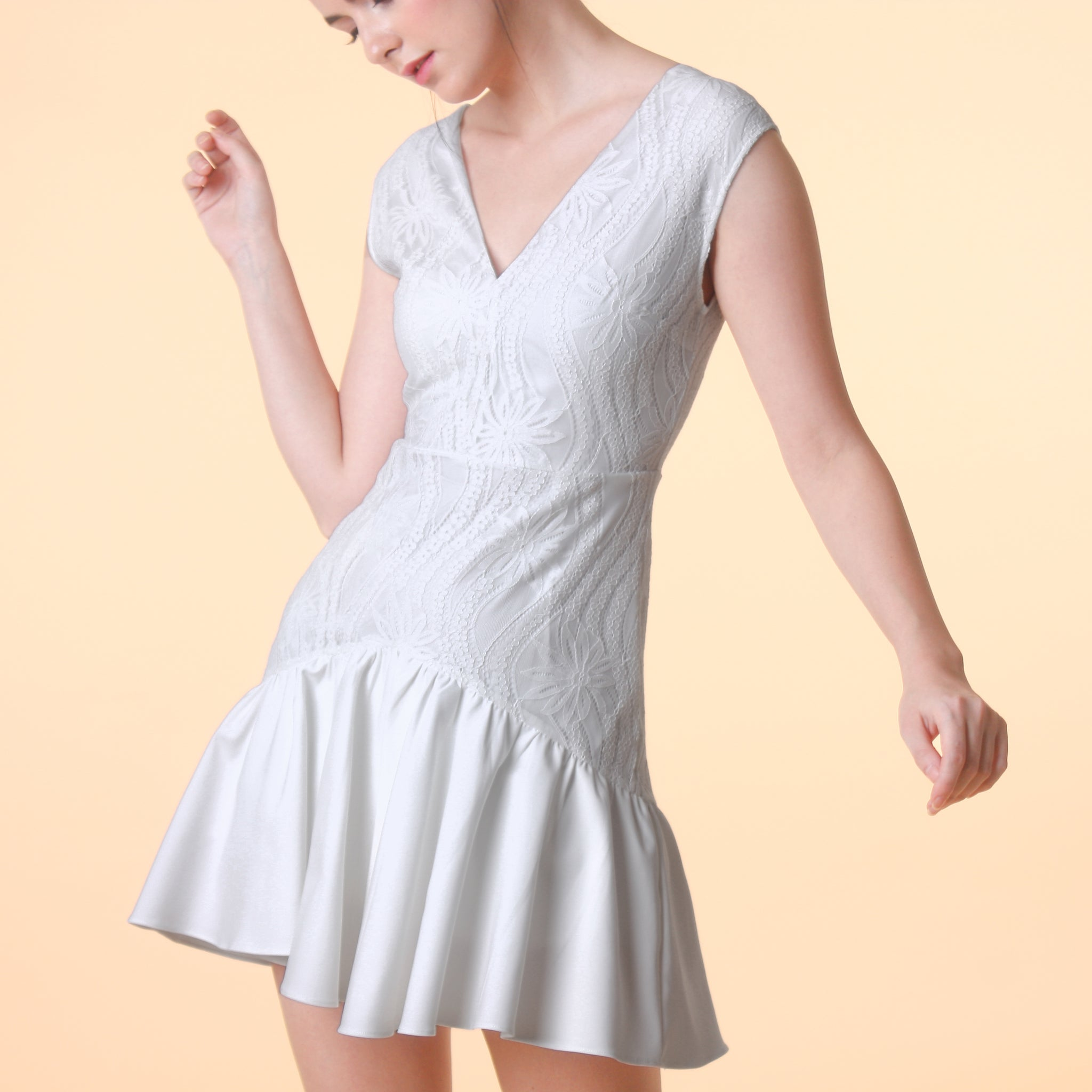 SLEEVELESS V-NECK LACE DRESS <BR> WHITE