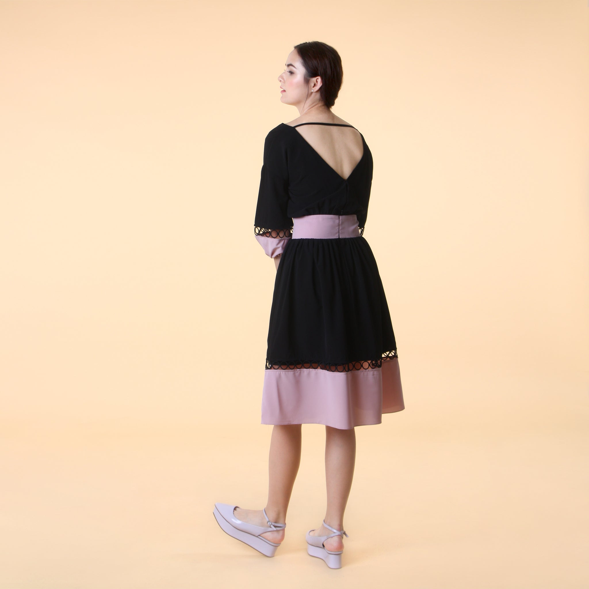 V-NECK COLOURBLOCK MIDI DRESS <BR> BLACK