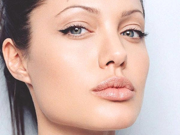 Simple Eyeliner Angelina Jolie