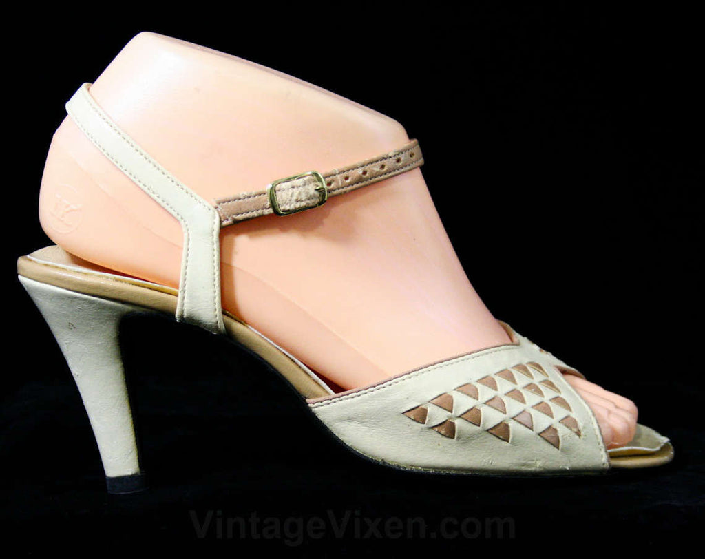 30s Style Sandals - Size 6 M - Cream 1970s Shoes - Deco Triangles - Slingback Heels - Peep Toe - 70s Hush Puppies - Deadstock - 43249-1
