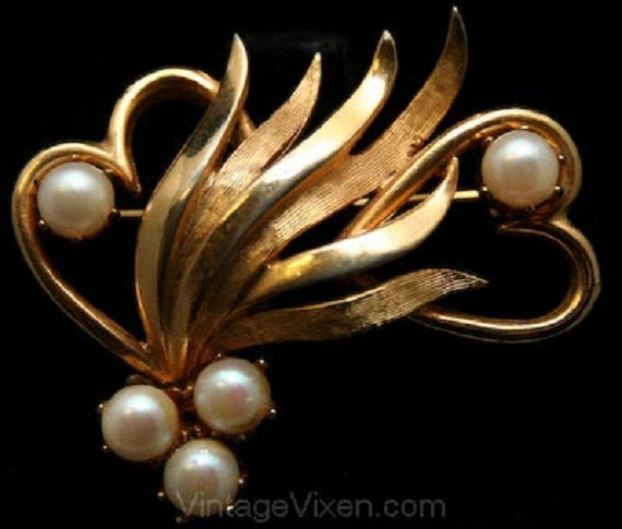 Elegant Sweethearts Pin in Gold & Faux Pearls - Goldtone Metal 1950s Brooch with Hearts - Nice Quality - Valentines - Gift Idea - 32905-1