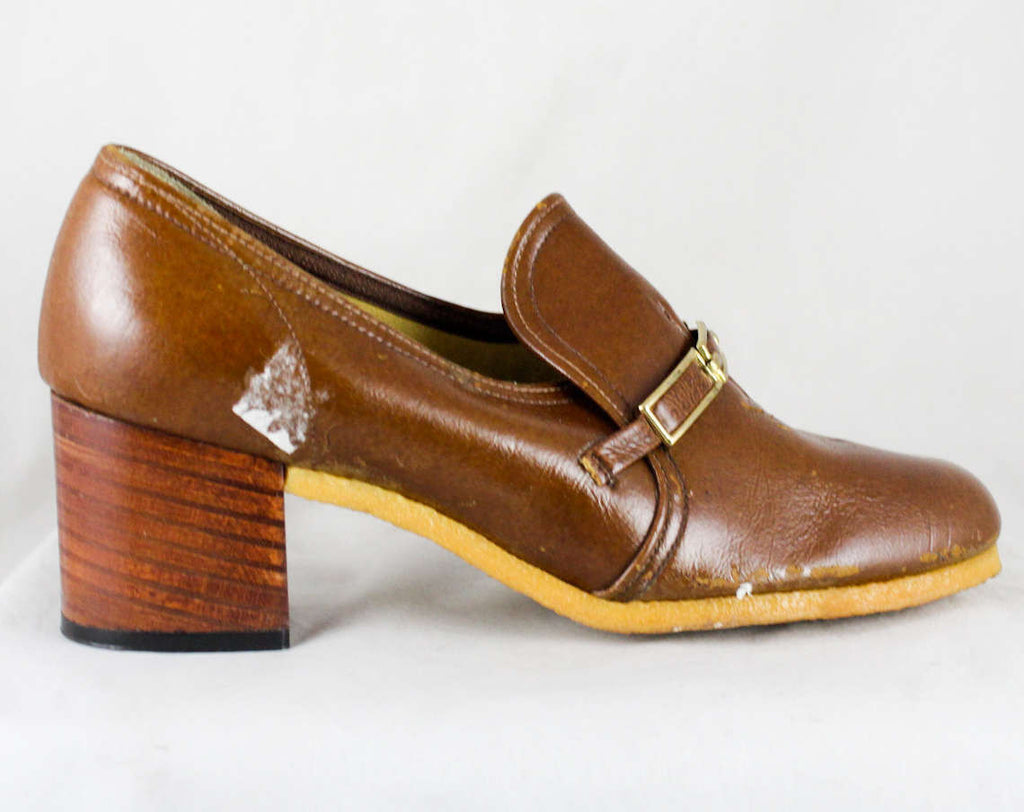 FINAL SALE Size 6 Brown Shoes - Faux Leather Pumps - Metal Bits - Unfortunate Condition - 6M Retro 1970s Caramel Hipster - As Is Deadstock
