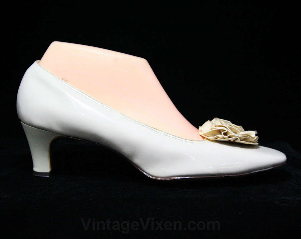 Never Worn 1960s Size 8 1/2 Neutral Shoes - Slick Bone Beige Vinyl Pumps - Ribbon Rosettes - Ecru Cream 2 Inch Heels - 8.5 - NOS Deadstock