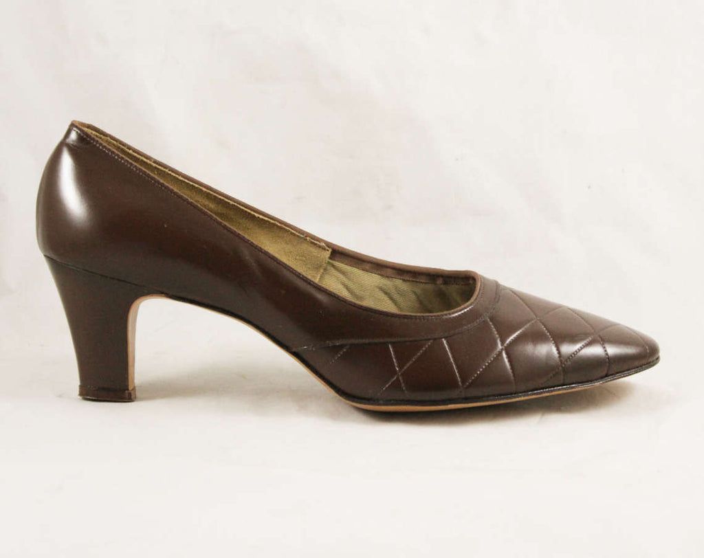 Never Worn Size 9 1960s Shoes - Beautiful Cocoa Brown Leather Pumps - Quilted Top Stitching - 2.5 Inch Heel - 60s Deadstock - 9AA - 47689-1