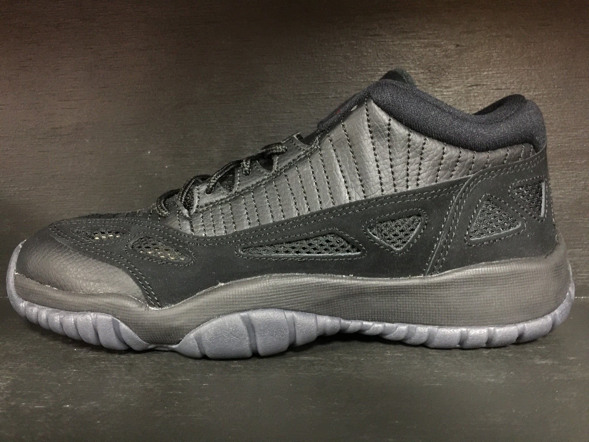 Air Jordan 11 Retro Ie Low 'Referee'